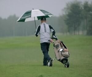 Olud pole olulised. Saaremaa mees Eero Lapp rühib golfiväljakule kasvõi läbi vihma