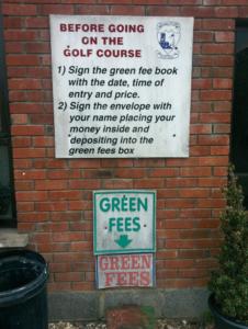 """10 eurot ümbrikku ning prügikasti kõrval asuvasse """"turvalisse"""" postkasti ja golfimäng võib alata."""