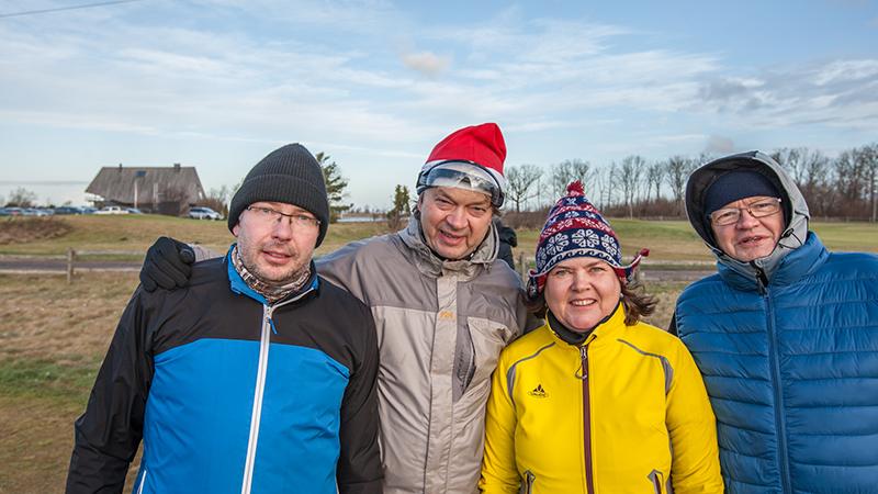 Väjakule sattus ka teine päkapikk Toomas Kull, kes jõulude vahepeal peab EGCC seeniorite toimkonna vedamise ametit. Pühadele kohaselt on naerunägudega pildile jäänud ka teised EGCC liikmed Jaanus Kadak, Ene Väli ja Jaan Oruaas Foto: Hanno Kross