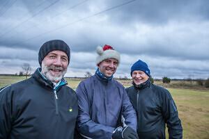 Kohe esimeses rühmas startis ka jõuludele kohaselt päkapikk Erik Berends isa Erkiga. Jõulud on ikkagi perega koosolemise aeg! Seltskonda pakkus neile Peeter Kross Foto: Hanno Kross
