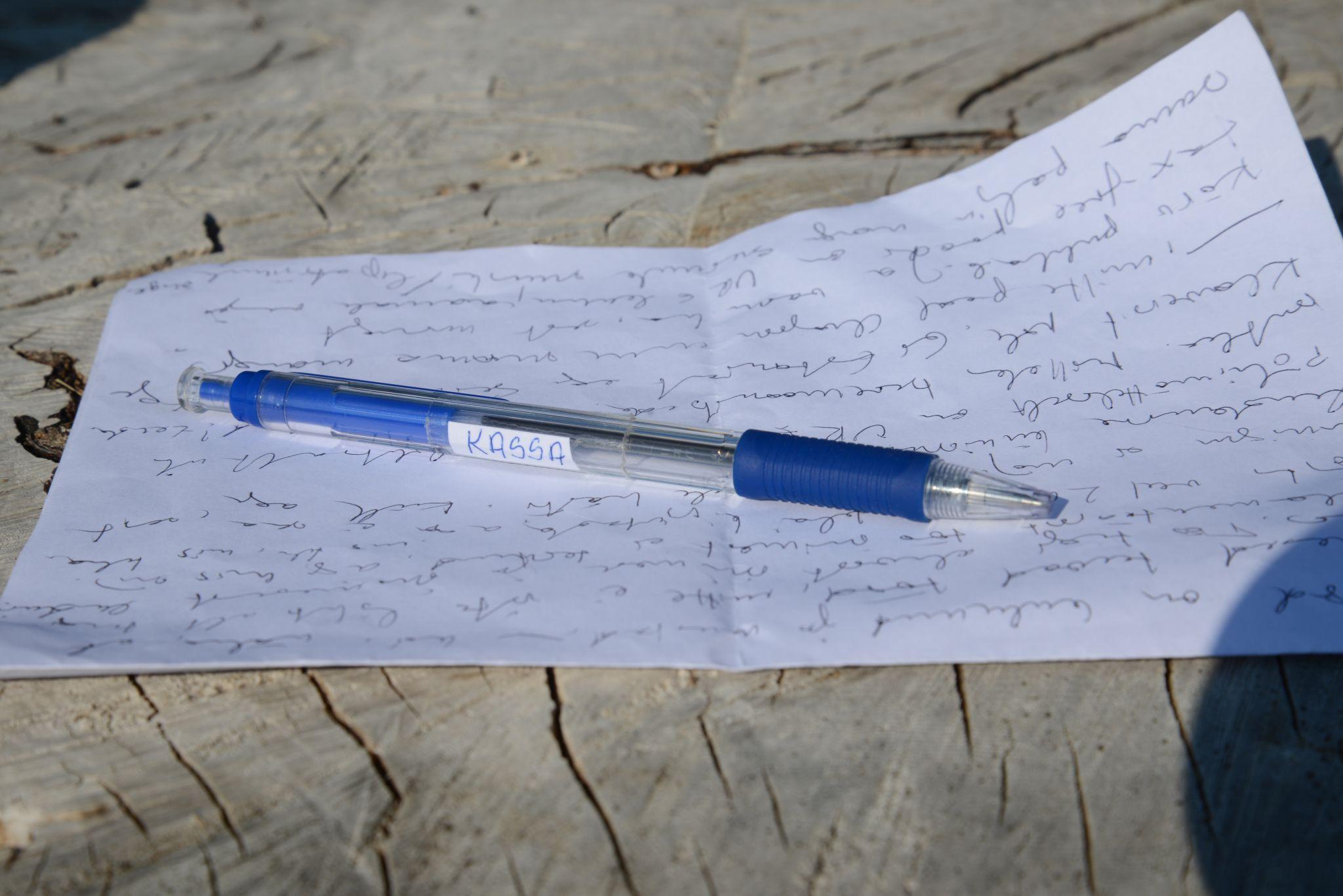 """19b47c31eee Küsin kassast laenuks pastaka. Et märkmeid teha. Saangi. Sellel on silt  """"KASSA"""". Saare värk. Oleks ma paati küsinud, oleksin ilmselt selle ka  saanud ..."""