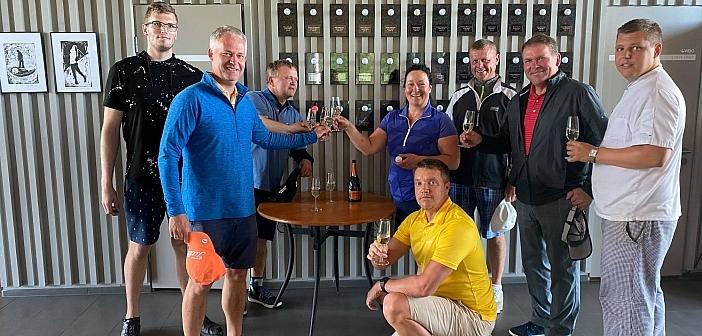 White Beach Golf õnnitleb Tiina Vaargast esimese hole-in-one'i puhul